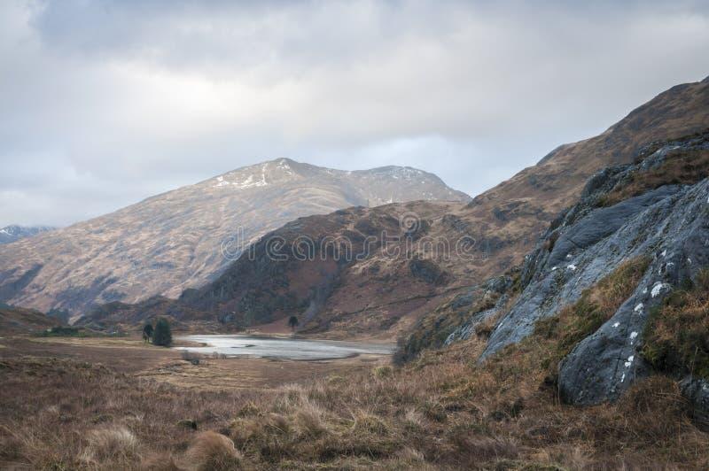 Loch Coire Shubh und die Berge Kinloch Hourn lizenzfreie stockfotografie