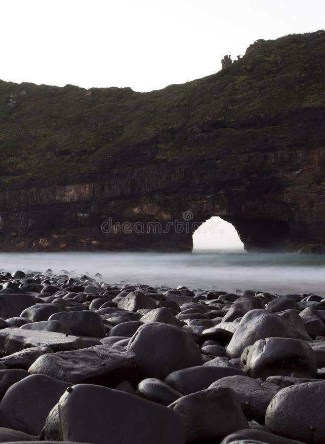 Loch in den Wandlandschaftsnassen Felsen lizenzfreies stockfoto