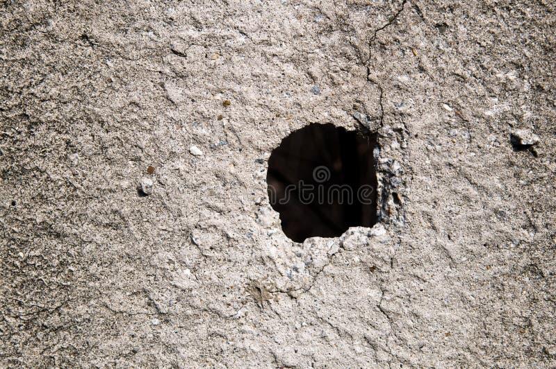 Loch in der Betonmauer stockfoto