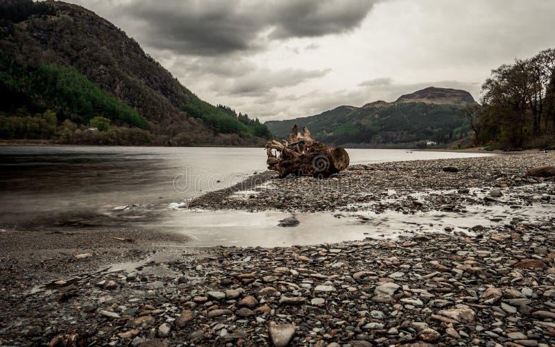 Loch em Escócia, água com montes fotos de stock