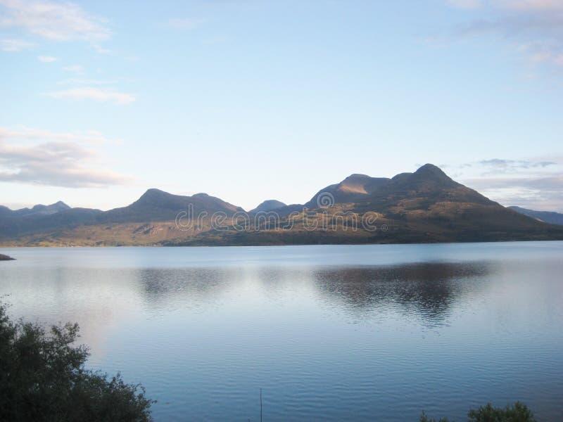 Loch et collines photographie stock libre de droits