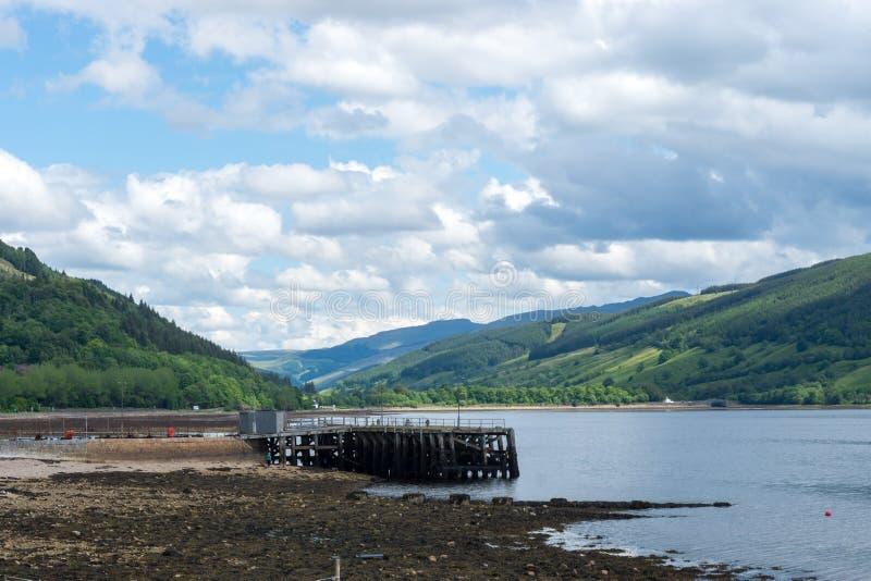 Loch Fyne com montanhas e cais em Inveraray, Escócia fotos de stock