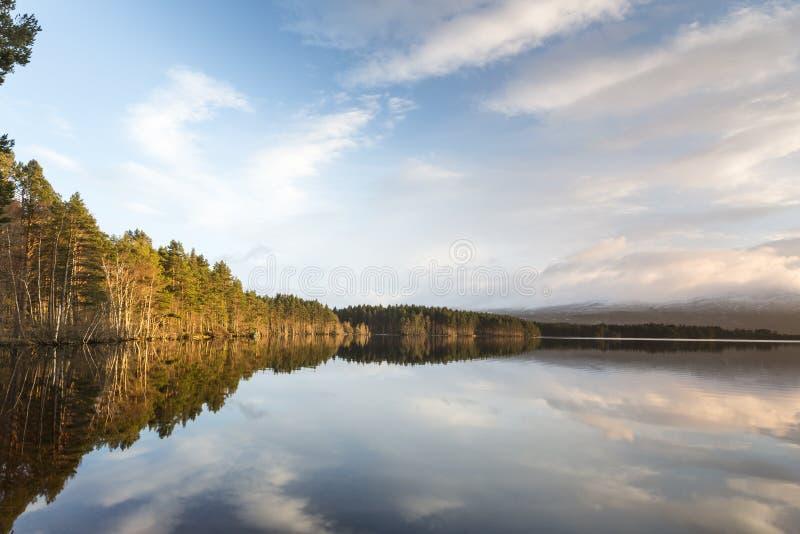 Loch Garten en wolkenbezinningen in de Hooglanden van Schotland royalty-vrije stock foto's