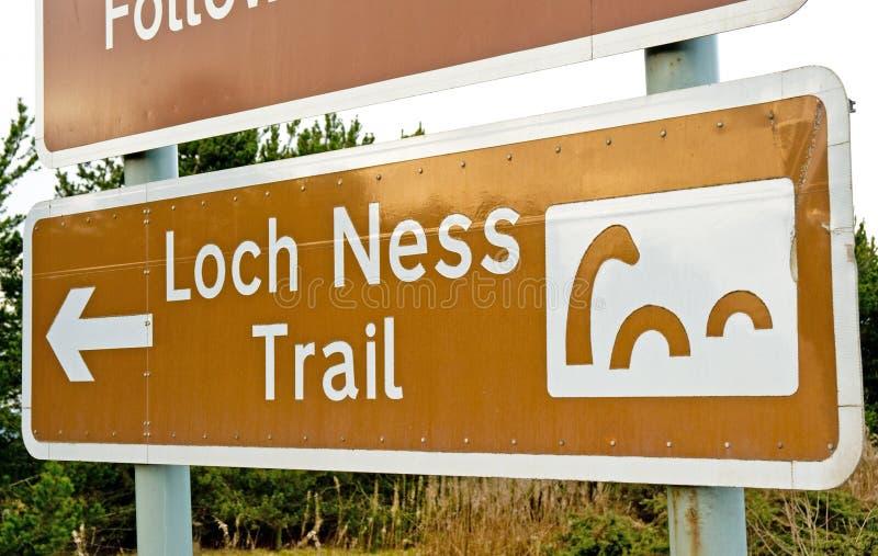 Loch het Monster van Ness: ongebruikelijke verkeersteken. stock afbeelding