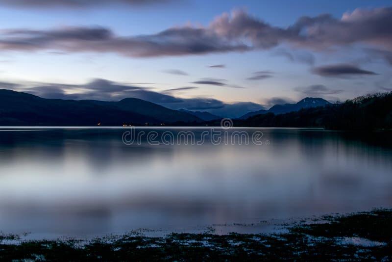 Loch Lomond alla notte fotografia stock libera da diritti