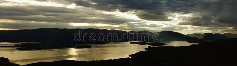 Loch Lomond es un lago escocés de agua dulce imagenes de archivo