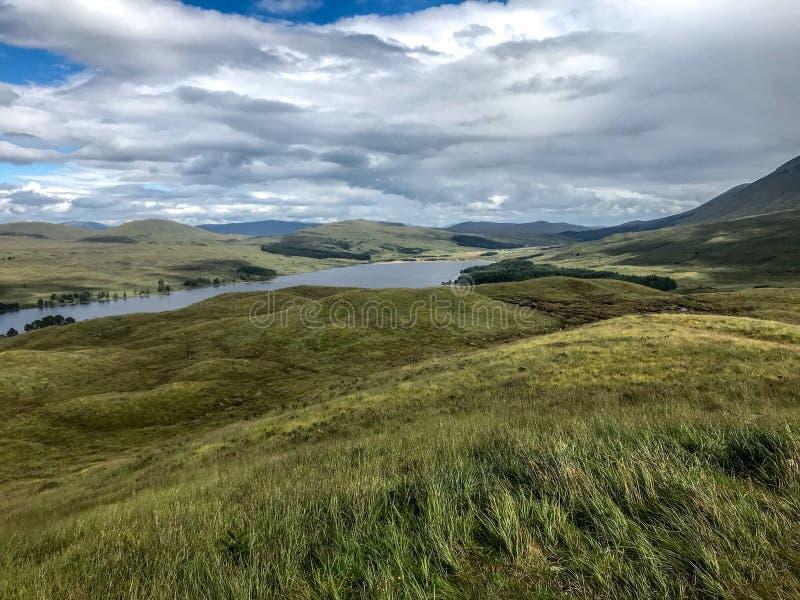Loch Lomond visto da maneira ocidental das montanhas foto de stock royalty free