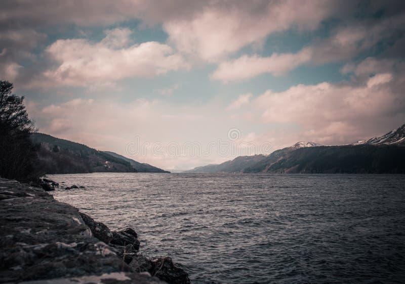 Loch Ness an einem bewölkten Tag lizenzfreies stockfoto