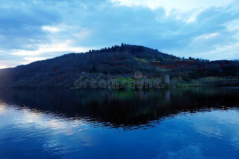Loch Ness na noite com castelo de Urquhart imagens de stock royalty free