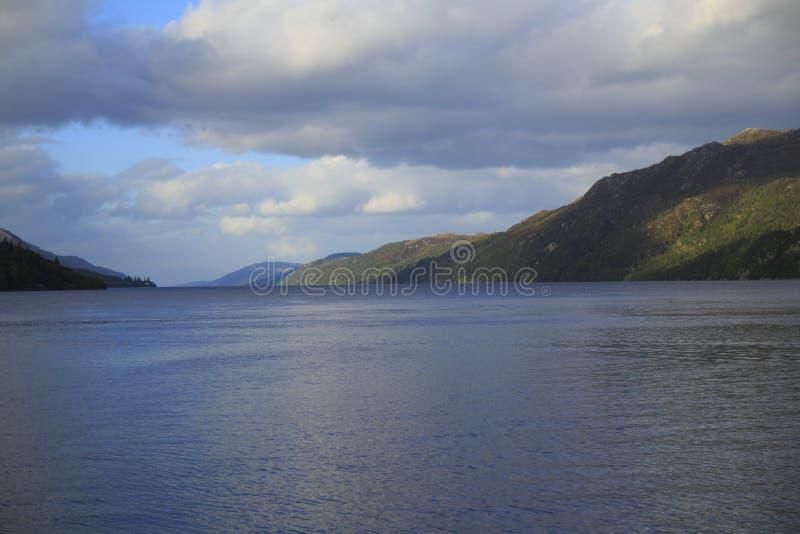 Loch Ness nas montanhas de Escócia com forte Augustus com montanhas fotografia de stock royalty free