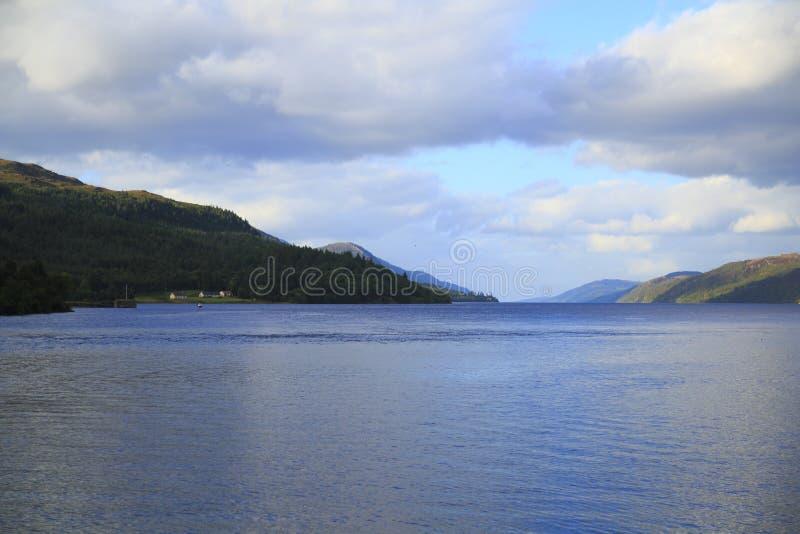 Loch Ness nas montanhas de Escócia com forte Augustus com montanhas foto de stock