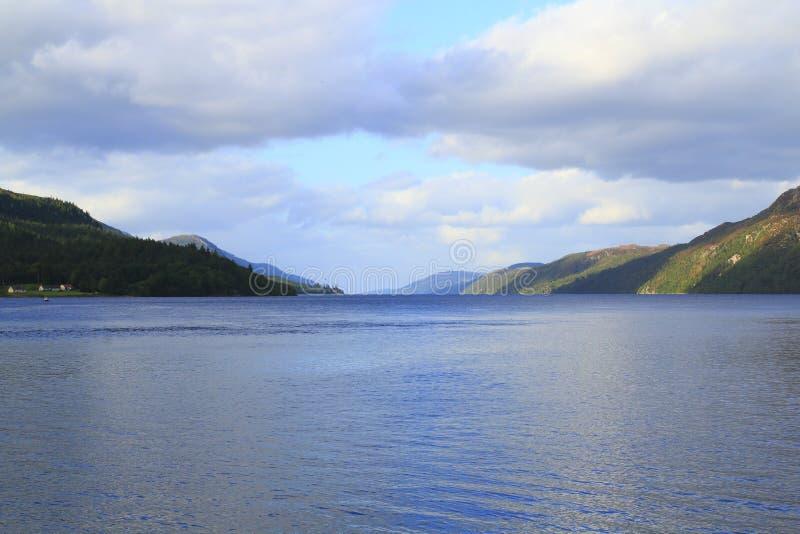 Loch Ness nas montanhas de Escócia com forte Augustus com montanhas imagens de stock royalty free