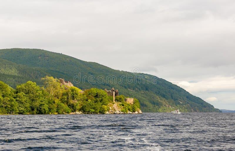 Loch Ness in somber weer, Schotland royalty-vrije stock fotografie