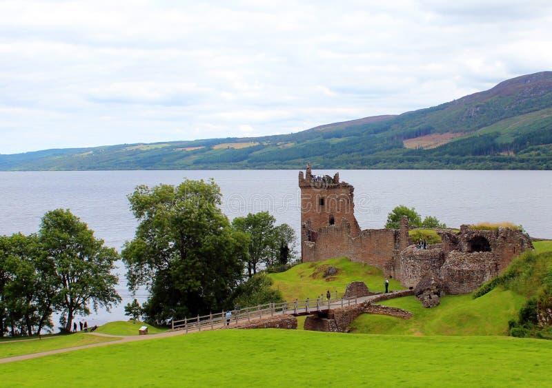Loch Ness u. Urquhart-Schloss stockbild