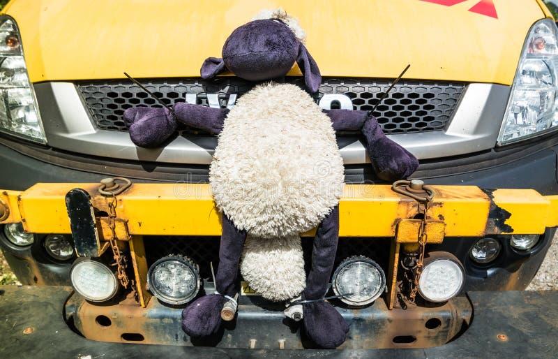 Loch Ontzag, Argyll, Schotland - Mei 15 2017: Het voertuig die van het netwerkspoor met zachte stuk speelgoed schapen op de koele royalty-vrije stock afbeeldingen