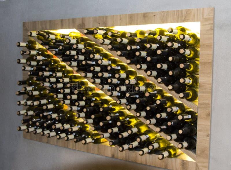 Loch, wino loch Nisza z butelkami wino obraz royalty free