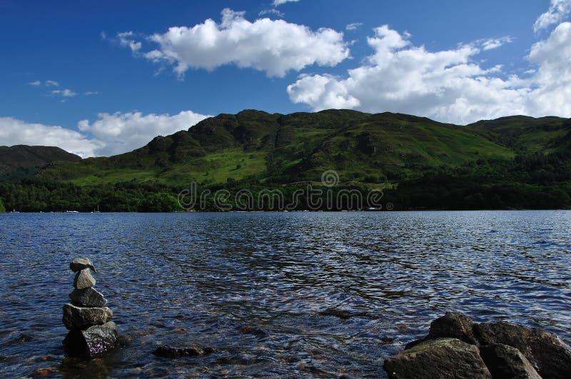 Loch Zarabia w St. fillans kopu robić kamienie 2 fotografia royalty free