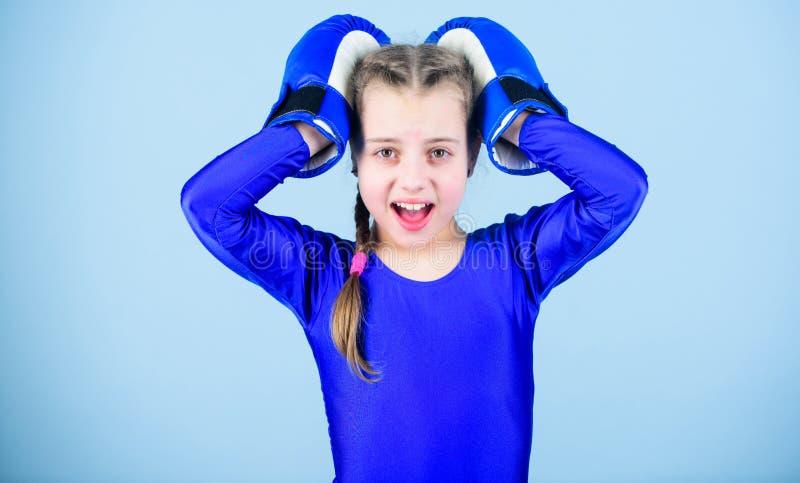 lochender Ausscheidungswettkampf Kindheitst?tigkeit Eignungsdi?t Energiegesundheit Gl?cklicher Kindersportler in den Boxhandschuh stockfotografie