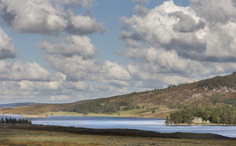Lochindorb sur Dava Moor en Ecosse photo stock