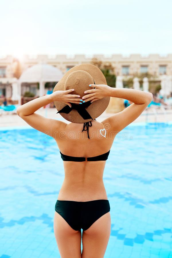 Loci?n del bronceado Mujer joven atractiva que aplica la crema solar de la protecci?n solar Protecci?n de Sun Crema de Sun Cuidad imágenes de archivo libres de regalías
