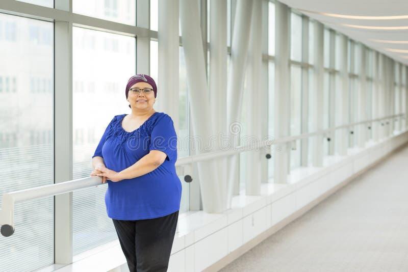 Lock för hår för bröstcancerpatient bärande royaltyfri foto