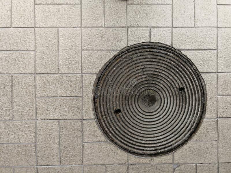 Lock för stålcirkelavrinning på den fot- gångbanan arkivfoton