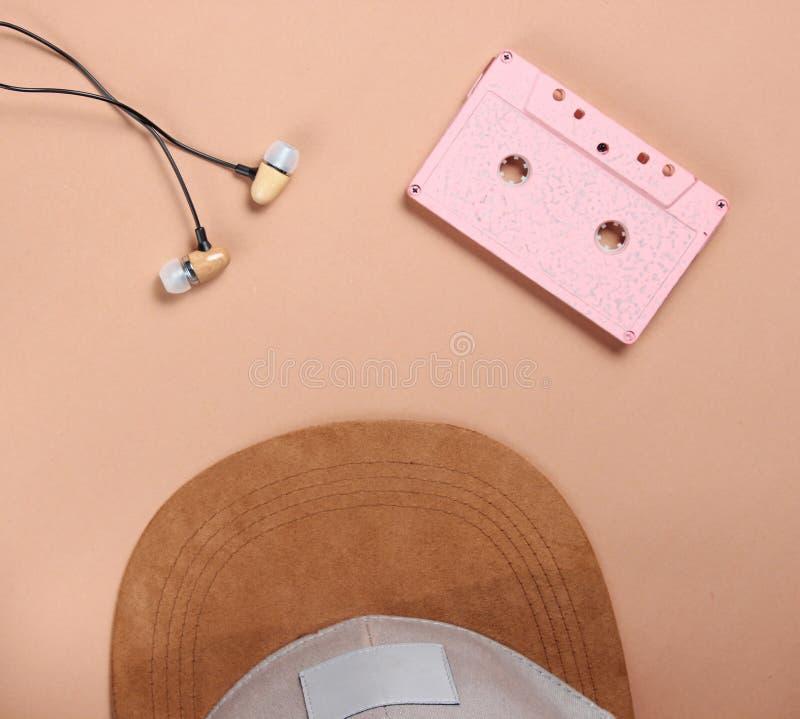 Lock ljudsignala cassethörlurar på en brun bakgrund, musikvän, minimalism, bästa sikt royaltyfri bild