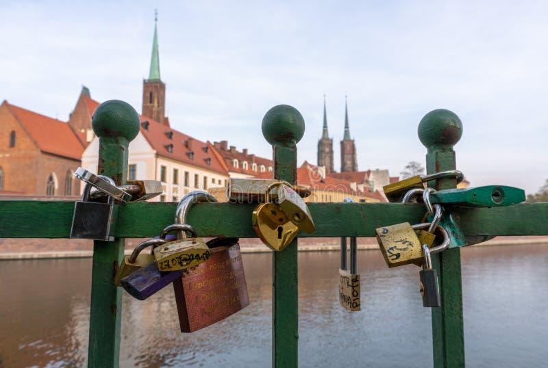 Lockers op het hek voor Cathedral-eiland Ostrow Tumski en de Odra-rivier in een zomerdag in Wroclaw stock afbeelding