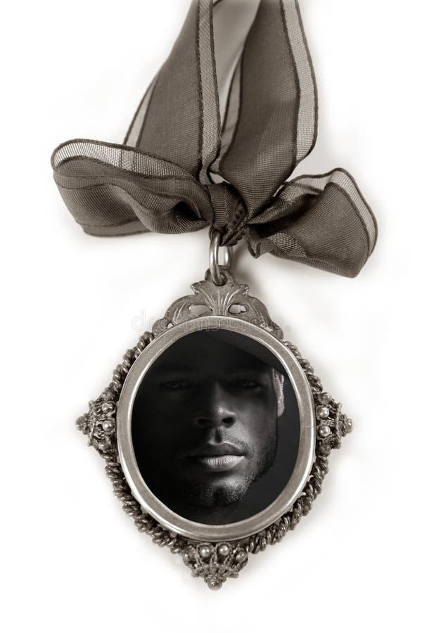 Locket de prata do cameo com o retrato masculino africano fotografia de stock royalty free