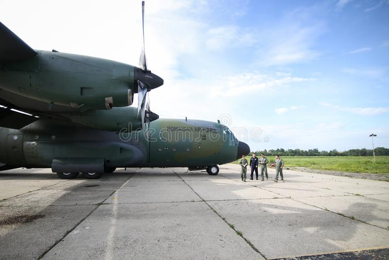 Lockheed C-130 Avião de carga militar Hércules na 90ª Base Aérea da Força Aérea Romena imagem de stock
