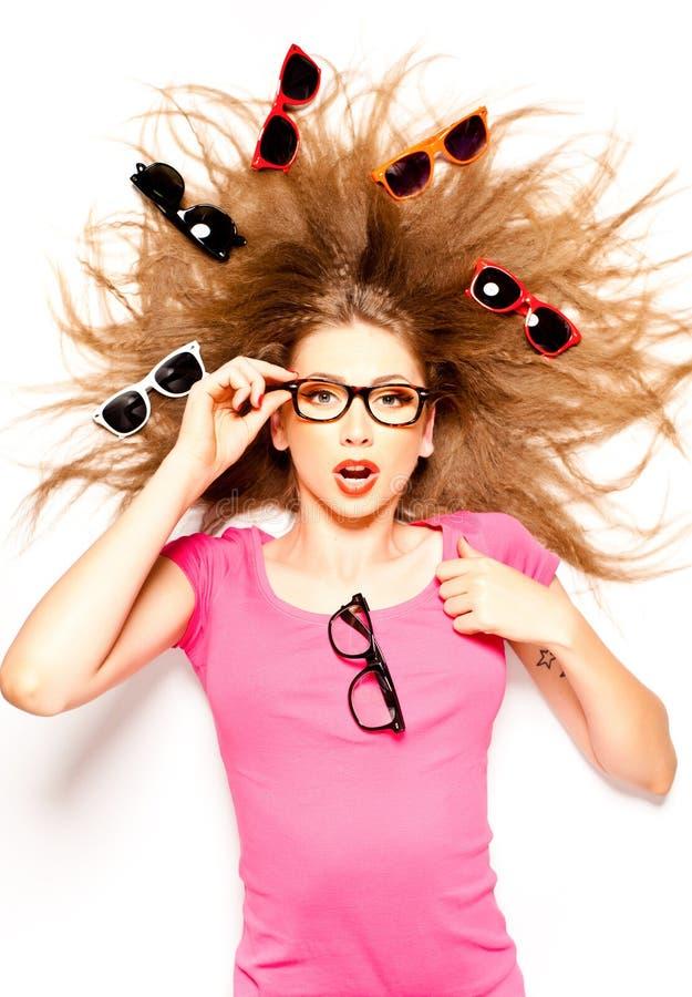 lockig gullig hipster för flickaexponeringsglashår arkivbilder