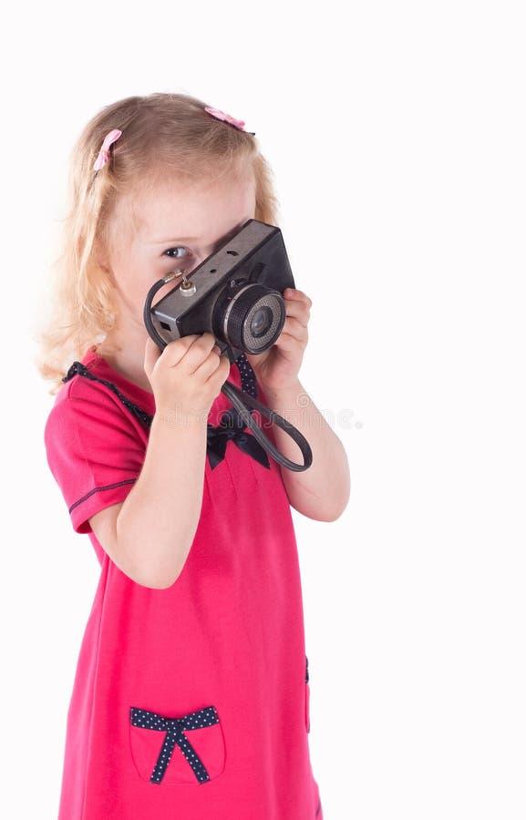 Lockig-haired liten flicka med den isolerade tappningkameran fotografering för bildbyråer