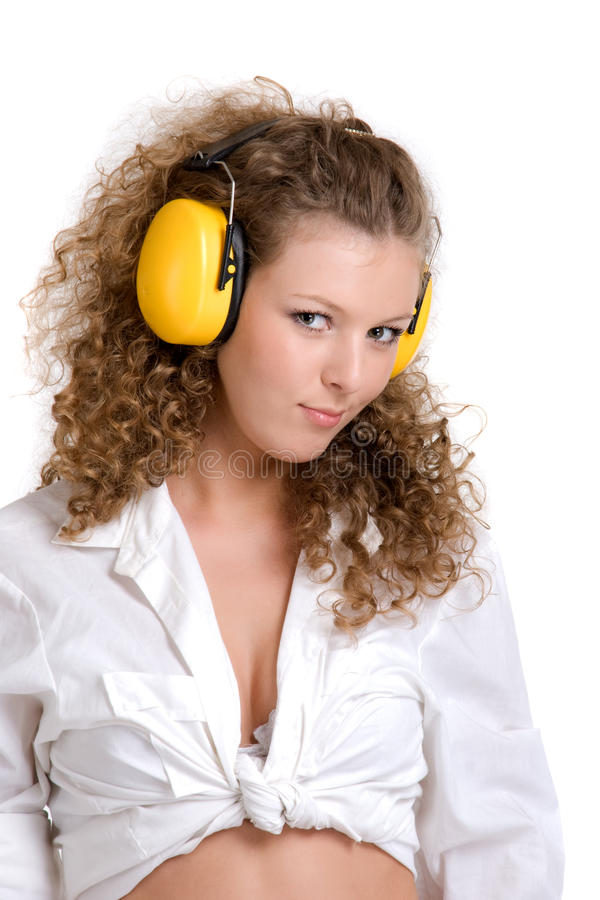 Lockiges Mädchen in den gelben Kopfhörern stockbilder