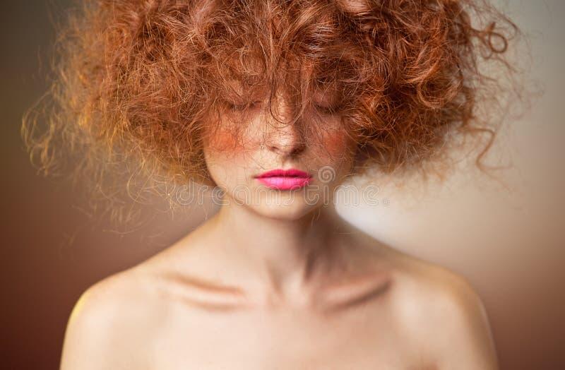 Lockiges rotes Haar Schönes Art und Weisefrauenportrait lizenzfreie stockfotografie