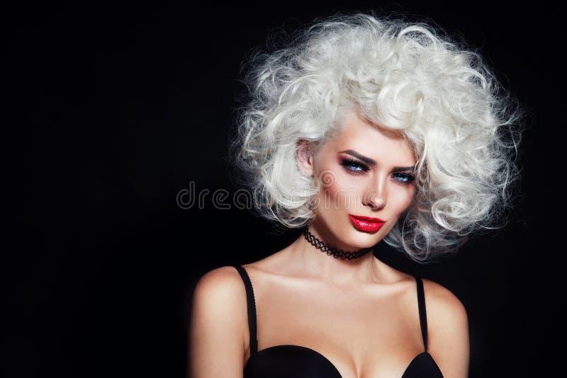 lockigt hår för skönhet royaltyfri fotografi