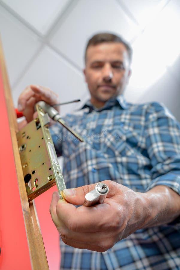 Locksmith naprawiania drzwi zdjęcie royalty free