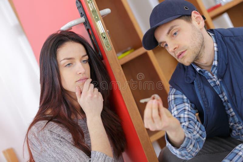 Locksmith przychodził załatwiać drzwi zdjęcie stock