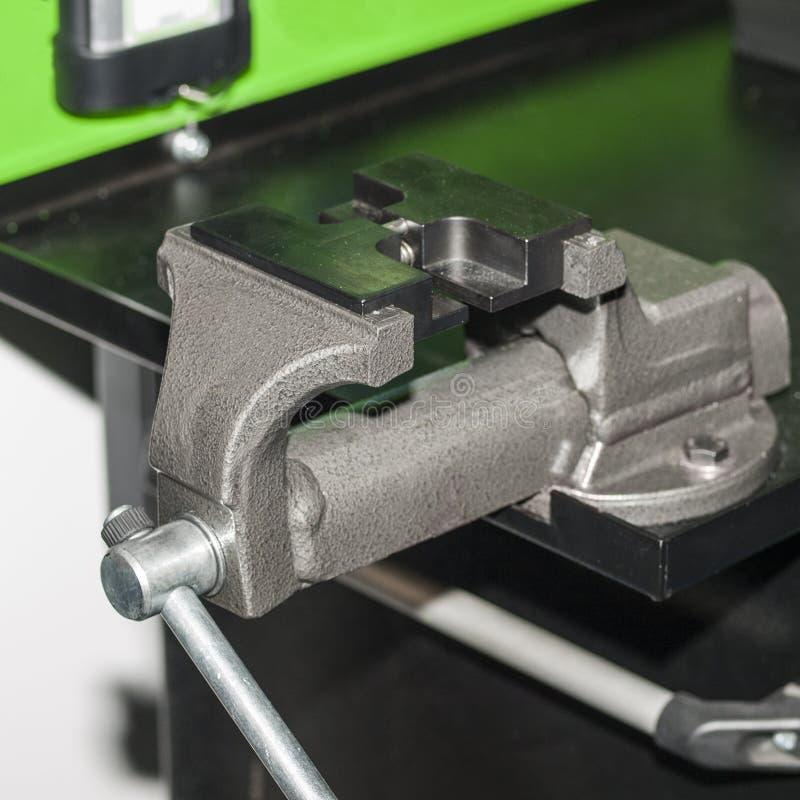 Locksmith rozpusta Zakończenie Oddziela na instalacji wodnokanalizacyjnej ławce zdjęcie stock