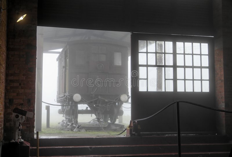 Locobreke en la niebla foto de archivo