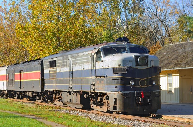 Locomotief bij depot stock foto's