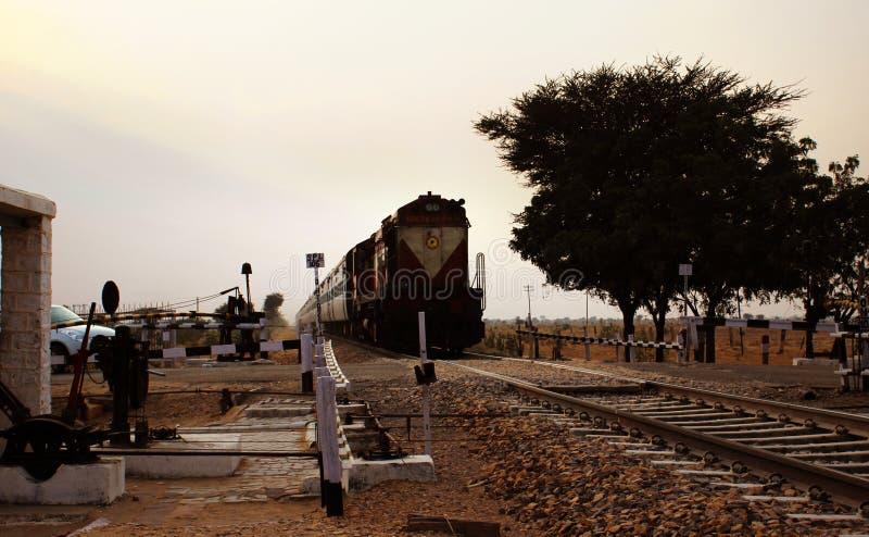 Locomotief die van de trein de Indische spoorweg door plattelandsgebied van India overgaan royalty-vrije stock foto