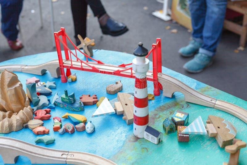 Locomotief en de lay-out van de jong geitje de modelspoorweg met een post en een whol stock afbeeldingen