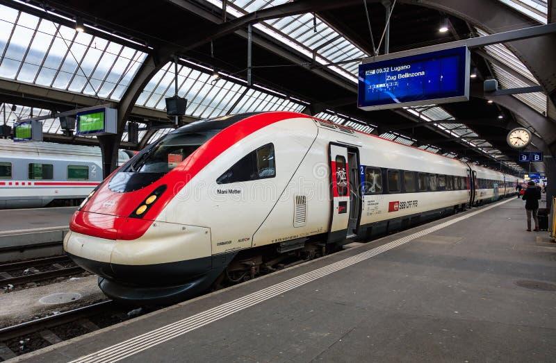 Locomotief na Mani Matter bij een platform van Zürich m wordt genoemd dat stock foto's