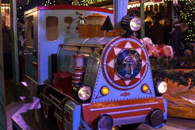 Locomotief op een vrolijk-gaan-ronde stock fotografie