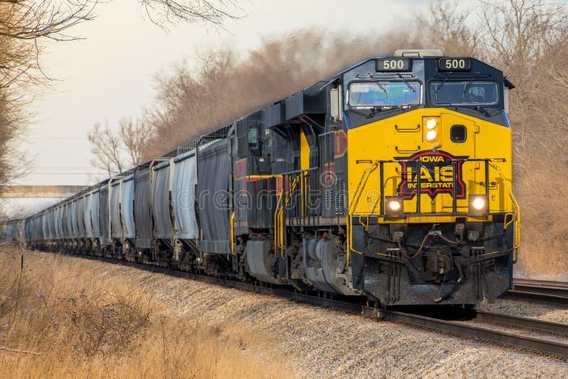 Locomotief trekt de Tusen staten van Iowa vracht omvatte vultrechters stock fotografie