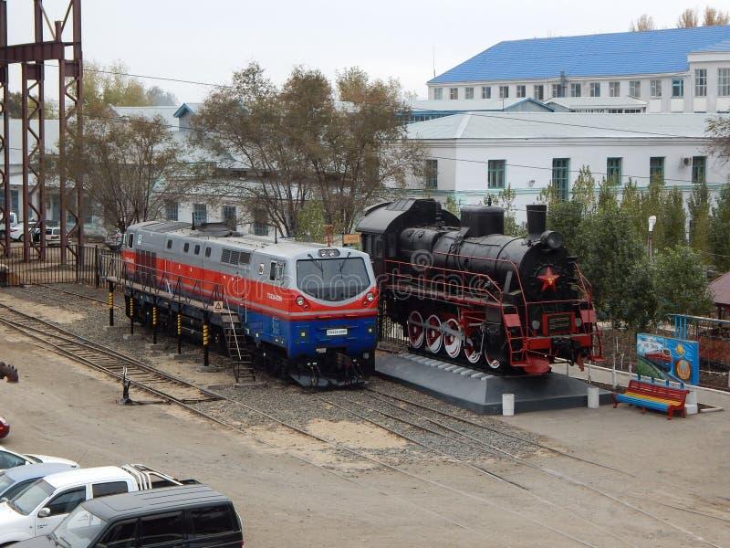 Locomotiv en een stoomlocomotief stock foto