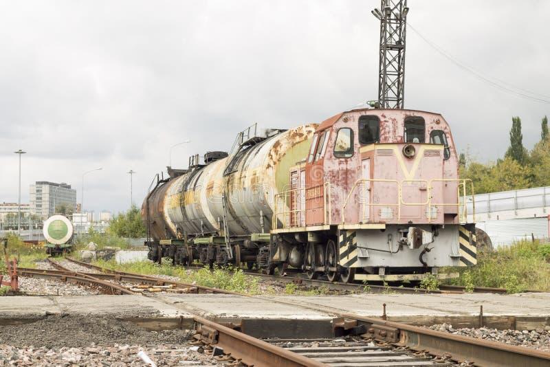 Locomotiva abbandonata con i carri armati fotografia stock