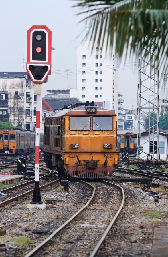 Locomotiva alaranjada do trem que aproxima-se a Banguecoque Rai fotos de stock