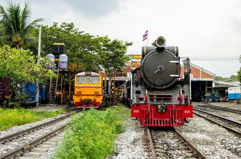 Locomotiva de vapor e locomotivas elétricas diesel que estacionam no depósito de trem de Tailândia imagens de stock
