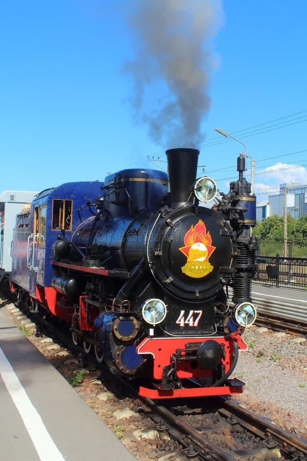 Locomotiva de vapor nas crianças railway em Rússia, St Petersburg imagens de stock royalty free